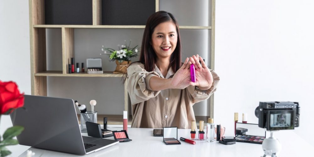 woman-blogger-with-brush-on-recording-video-while-review-product-make-up-tutorial_t20_mLNaEg